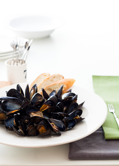 White wine mussels with French baguette
